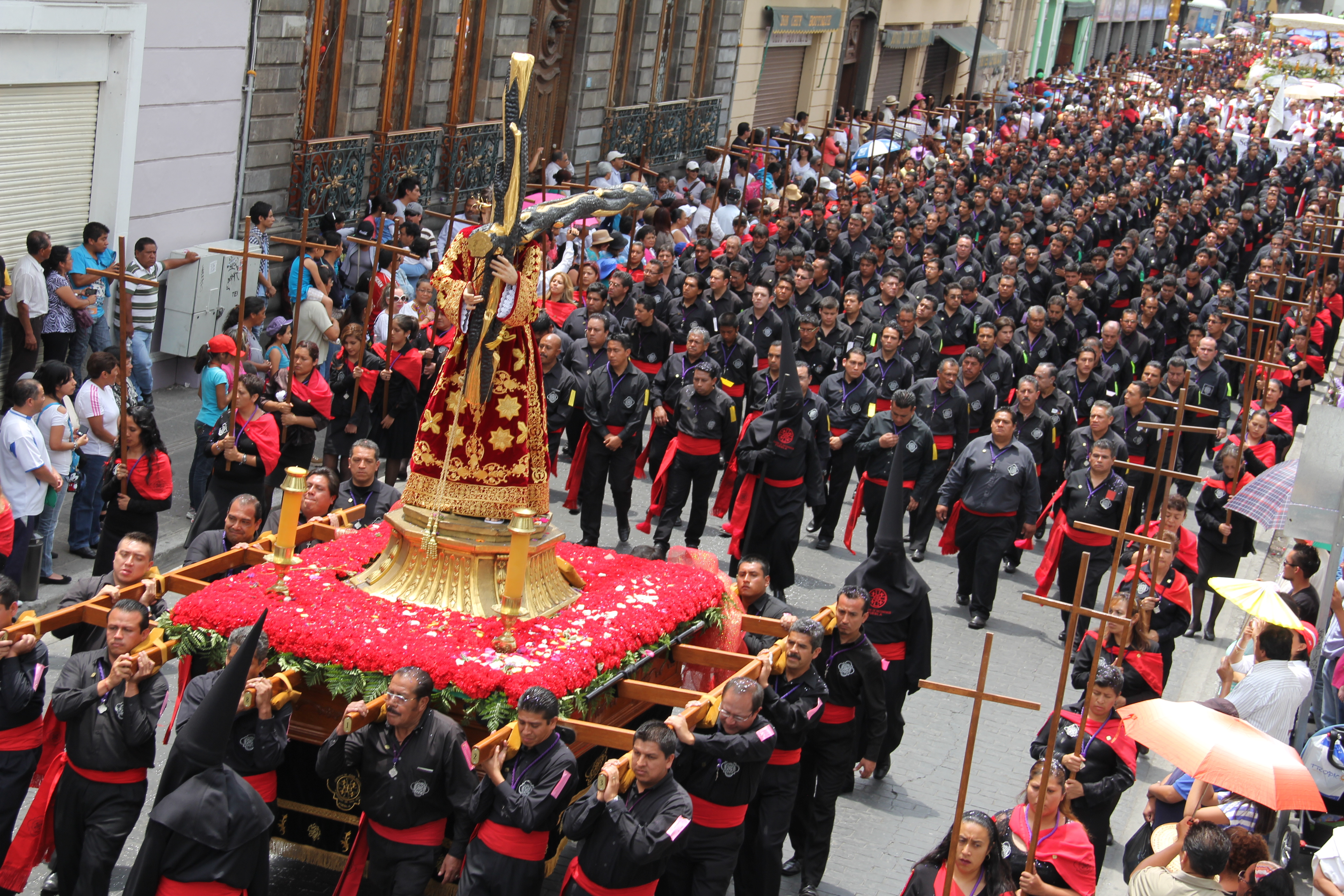 Procesión de viernes santo en la ciudad de Puebla, la más grande de México